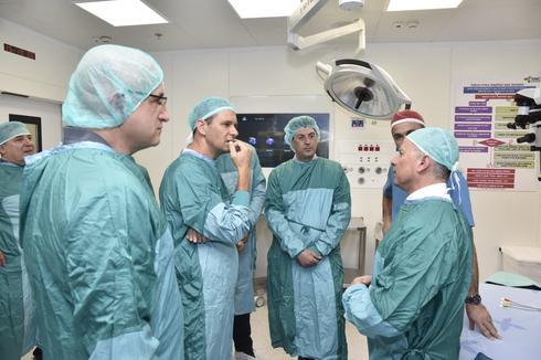 מקבלים הסבר על חדרי הניתוח