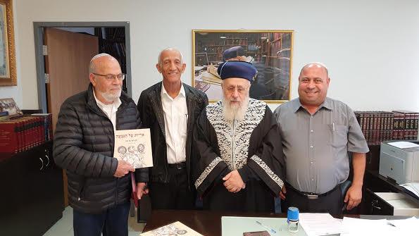 הראשל''צ הרב יוסף עם הצנחנים והסופר עמנואל בן סבו (מימין)