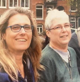 """נעמי (משמאל) עם האחות תמי ז""""ל, שנפטרה אף היא מהמחלה"""