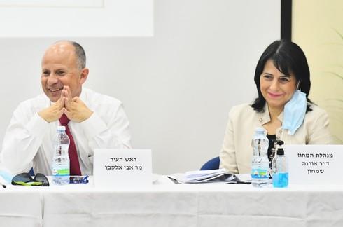 """ראש העיר אבי אלקבץ עם מנהלת המחוז ד""""ר אורנה שמחון"""