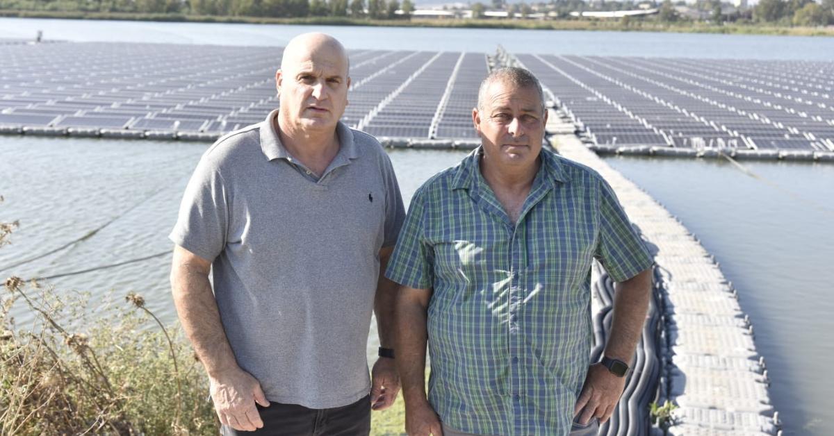 סגן ראש המועצה שי יזרעאלי (משמאל) ועמי עמיצור מכפר יהושע. אנרגיה מתחדשת