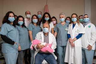 צוות היחידה לטיפול בליקויי פריון במרכז הרפואי העמק והתינוקת שנולדה