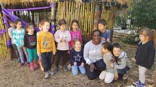 ילדי הגן והסייעת אורה (ווגה) פרדה