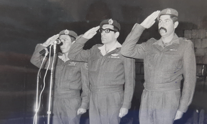 אהרון ארול אשל (מימין) יחד עם רחבעם 'גנדי' זאבי. פיקד על סנור בתחילת שנות ה-70