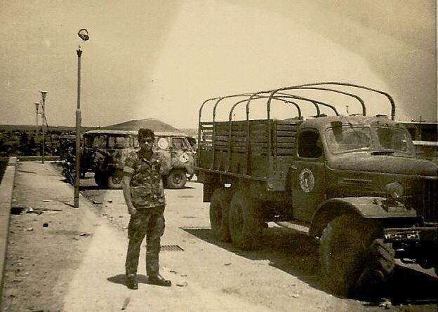 חיימקה אבני ברחבת החניה בחזית המפקדה, 1967