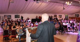 רונן פלוט בכנס (צילום: מטה הצעירים של 'נצרת עילית החדשה')