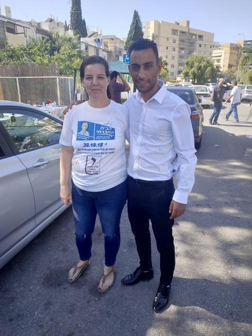 המועמד למועצת העיר עפולה איתי כהן עם פעילה (צילום: אלבום פרטי)