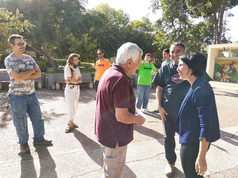 המועמת לראשו תעמק יזרעאל לימור רגב פוגשת תומכים (צילום: עומר אשל)