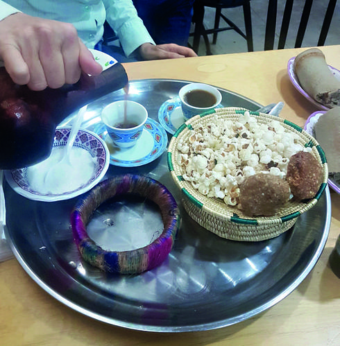 טקס הקפה כולל פופקורן ועוגיות טחינה   צילום: אשר קשר