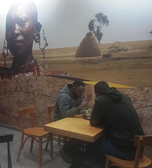 """""""הדגו"""". """"ישראלים ממהרים תמיד. באפריקה זה אחרת, לוקחים את הזמן""""   צילום: אשר קשר"""