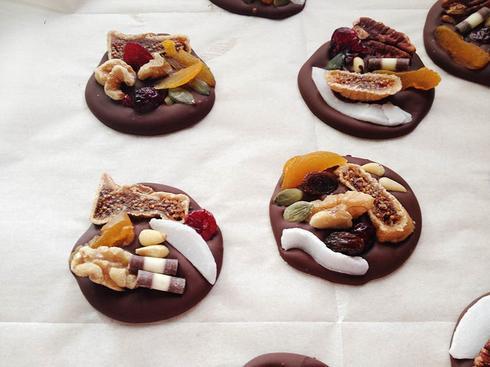 תכשיטי שוקולד עם פירות יבשים. צילום: אלונה זוהר