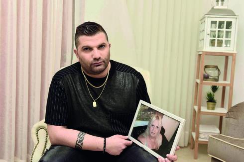 """כהן עם התמונה של אמו סולי ז""""ל. תמיד נוכחת בחייו (צילום: שרון צור)"""