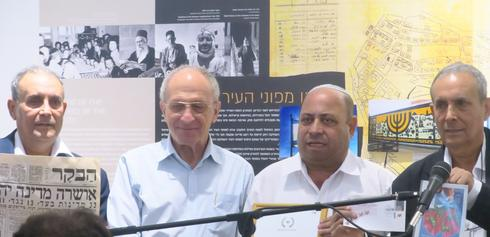 "עמנואל בן סבו עם מעניקי הפרס (צילום: נב""ס)"