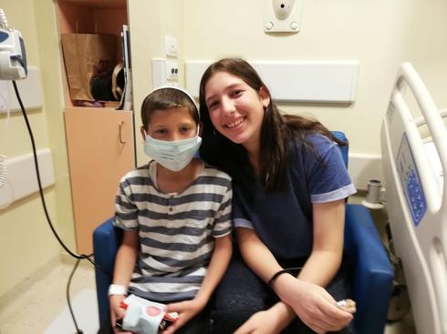 אליה ואחותו תמר רגע לפני הניתוח | צילום: אלבום פרטי