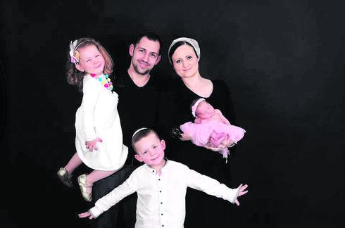 """נויה ואריאל שסטקוב וילדיהם. """"לבננו הבכור עשינו ברית מילה כי ידענו שנתגייר""""   צילום: ורד סיסם שחר"""