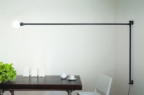 מנורת קיר שעיצבה Charlotte Perriand בשנת 1938 , נעה על ציר ב 180 מעלות למותג NEMO , כלי אור