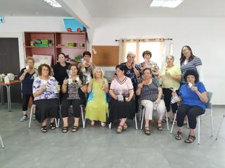 נשות גיל הזהב נהנות מארטיקים (צילום: אלבום פרטי)