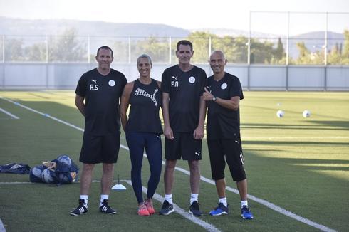 מאמן עפולה פליקס נעים וצוותו (צילום: שרון צור)
