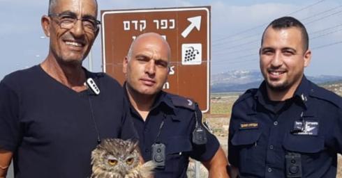 השוטרים והאזרח שסייעו להצלתו (צילום: דוברות המשטרה)