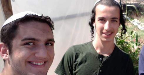 """ינון ביטון (משמאל) עם חברו שנרצח. """"זה לא נתפס"""" (צילום: אלבום פרטי)"""