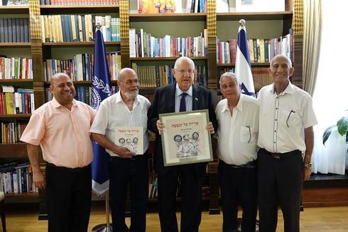 הצנחנים, הסופר עמנואל בן סבו (משמאל) עם הנשיא ראובן ריבלין (צילום: דוברות בית הנשיא)