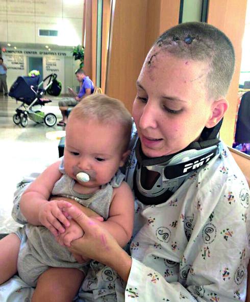 אורן עם בנה ליאם חודשיים לאחר התאונה | צילום: פרטי