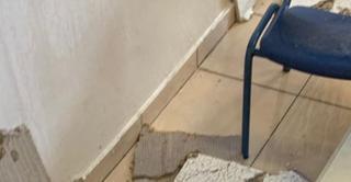 שברי התקרה האקוסטית בבית הספר. צילום: פרטי