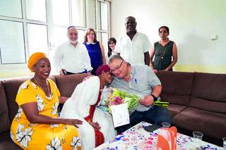 ראש העיר אלי ברדה עם אחת המשפחות   צילום: דוברות עיריית מגדל העמק