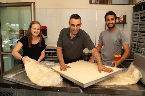 עבודת צוות בחנות הממתקים בכפר   צילום: יואב דודקביץ'