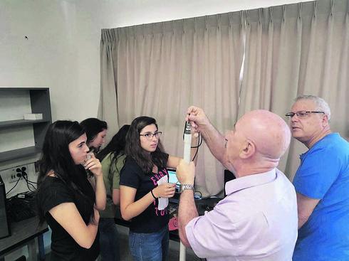 התלמידות מציגות את הפרויקט   צילום: עיריית עפולה