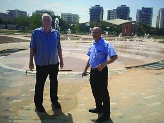ראש העיר אבי אלקבץ ומהנדס העירייה ישראל קנטור בוחנים את המזרקה (צילום: עיריית עפולה)