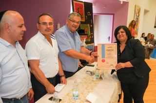 מלי אליגוב מקבלת את הפרס (צילום: עיריית מגדל העמק)