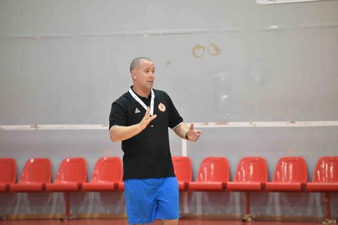 המאמן ניר קפלן (צילום: שרון צור)