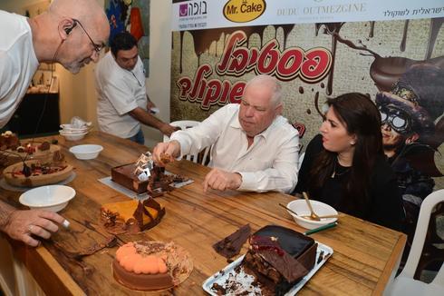 ראש העיר רונן פלוט בתחרות עוגת השוקולד של ישראל בשנה שעברה (צילום: דוברות עיריית נוף הגליל)
