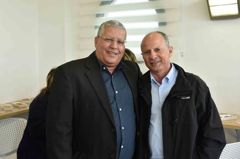 ראש העיר אבי אלקבץ וסגנו שלמה מליחי (צילום: שרון צור)