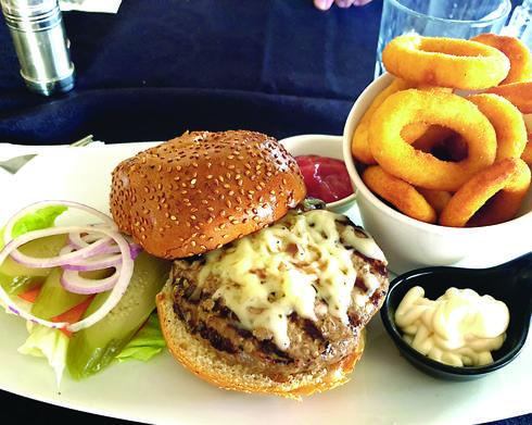 """""""פורטונה"""". המבורגר לא מסעיר בתוספת מוצרלה נחמדה   צילום: אשר קשר"""