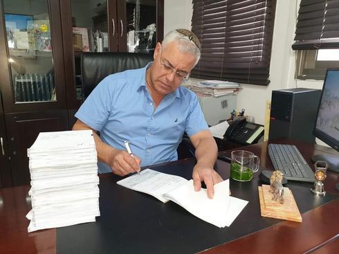 ראש העיר ז'קי לוי חותם על המלגות (צילום: דוברות עיריית בית שאן)