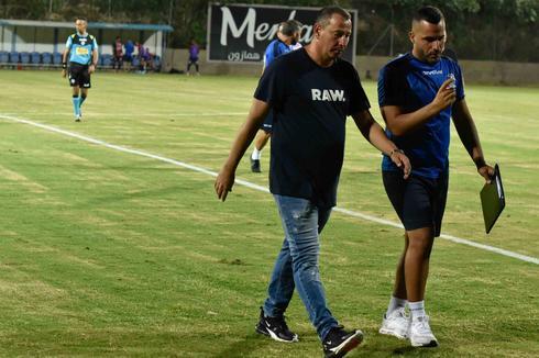 המאמן איתי מרדכי עוזרו מנו הרוניאן (צילומים: שרון צור)