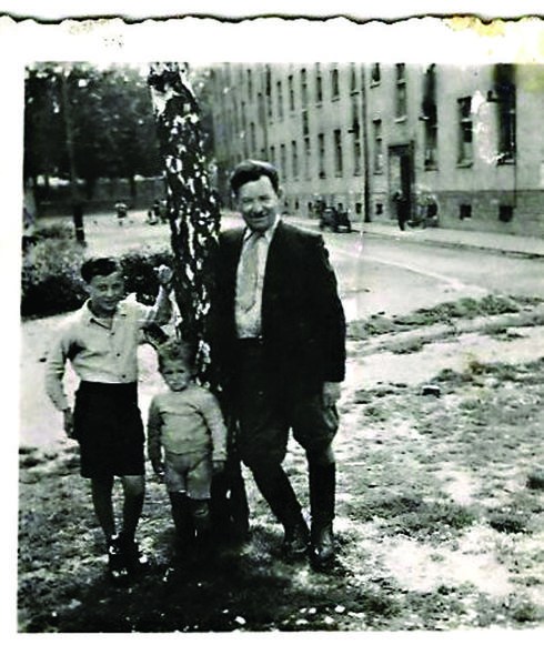 """שוורץ ז""""ל (משמאל) עם אביו ואחיו בתקופת מלחמת העולם השנייה (צילום: אלבום משפחתי)"""