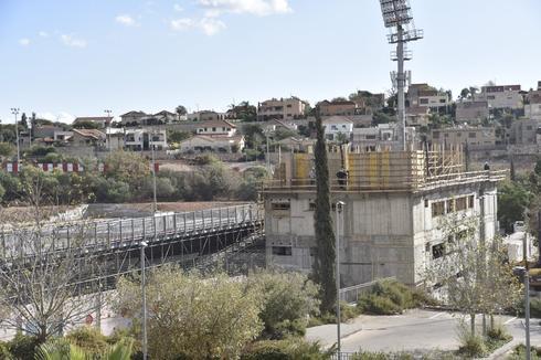בניית הבניין מתקדמת (צילום: שרון צור)