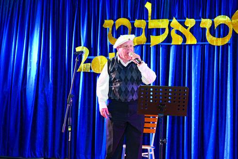 יולי רחלין במהלך ההופעה   צילום: גדי גסיל