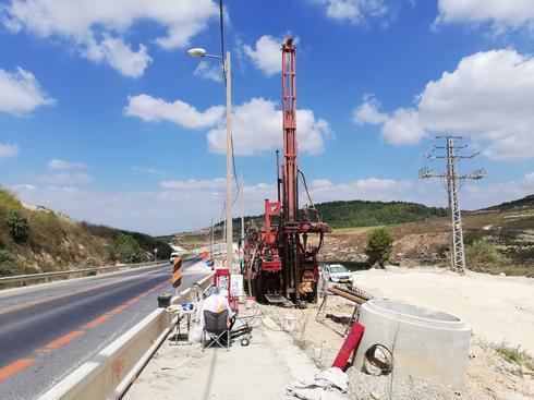 קידוחי ניסיון המבוצעים בימים אלה סמוך לישוב ריינה על כביש 79 (צילום: חוצה ישראל)