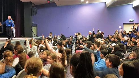 תלמידי 'יהלום' עם האסטורנאוט (צילום: עיריית עפולה)
