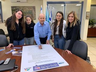 ״אורט אורן״ מחתימים את ראש העיר על אמנת ״מנהיגים שיח חיובי בעיר״ (צילומים: עיריית עפולה)