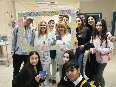 תלמידי ״אורט אלון״ עם מנהל בית החולים בבית חולים העמק ד״ר זיו רוזנבוים