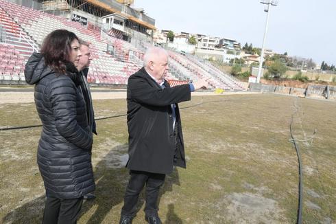 ראש העיר רונן פלוט עורך סיור במתקן (צילום: ישראל פרץ)