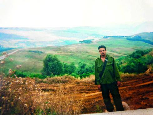 אחיקם משה דוד על רקע הנופים הנשקפים מעישייה | צילום: אלבום פרטי